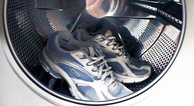 Процесс стирки кроссовок
