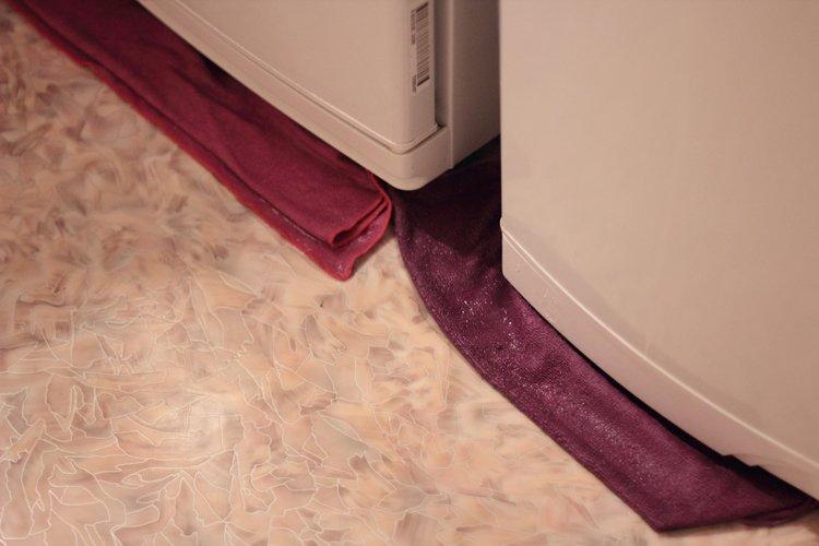 Лужа под холодильником