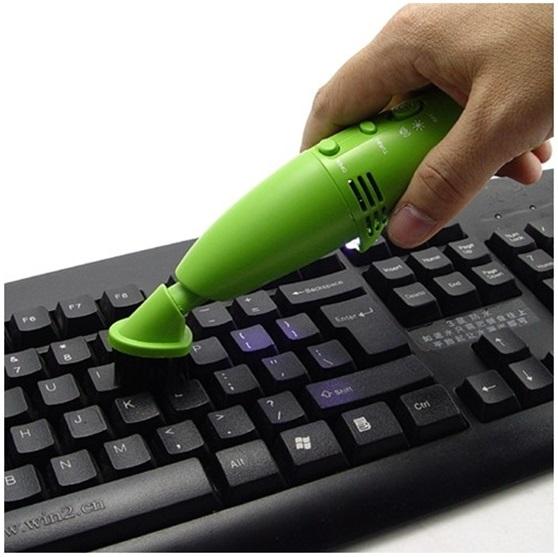 Очистка клавиатуры мини-пылесосом