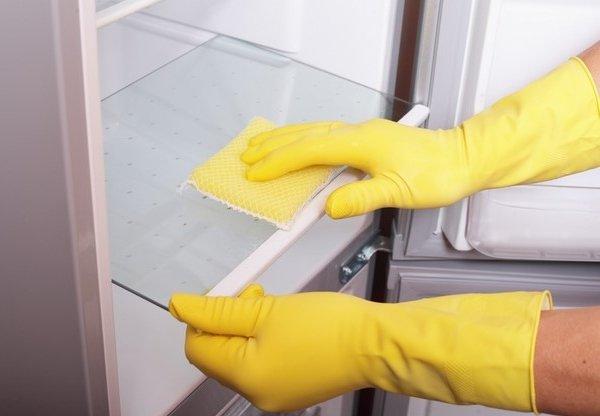 Очистка поверхностей холодильника