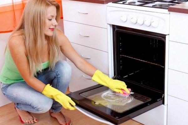 Очистка духовки с помощью хозяйственного мыла