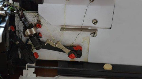 Заправленный оверлок с правым петлителем