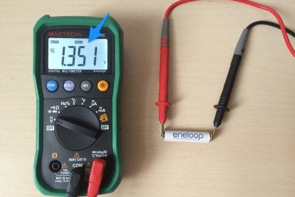 Измерение напряжения на мультиметре