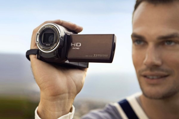 Парень с видеокамерой