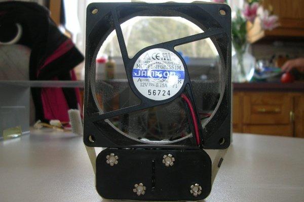 Закрепленный вентилятор из кулера