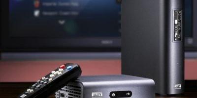 Медиаплеер возле телевизора