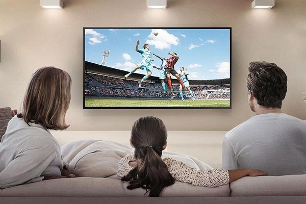 Смотрят LCD телевизор